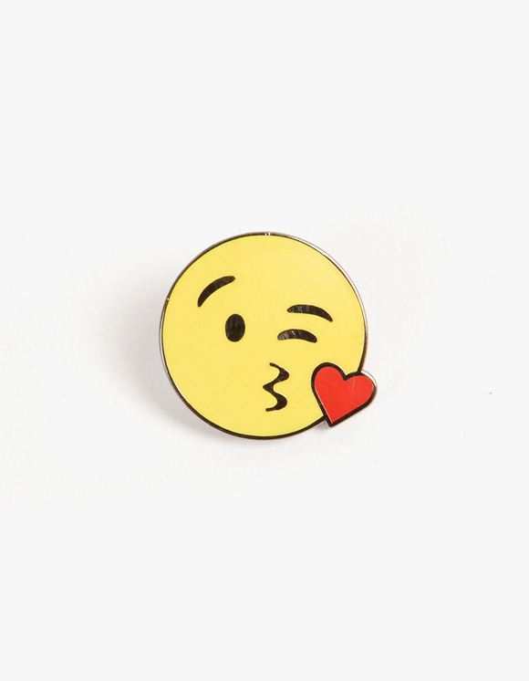 PINTRILL Blowing Kiss Face Pin | HEIGHTS. | 하이츠 온라인 스토어